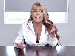 Boss lafy Joclyn Stone drops on the top of her knees wide blow her employee