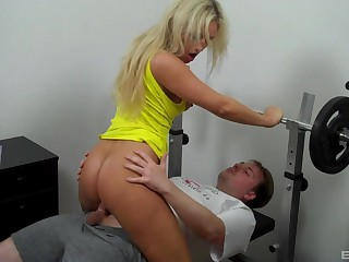 Blonde knockout Lina Lonatelo sucks and screws in the workout room