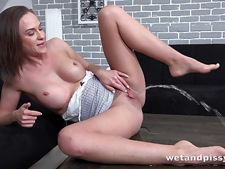 Pee fetish girl Vinna Reed is playing with pussy and enjoy drinking urine